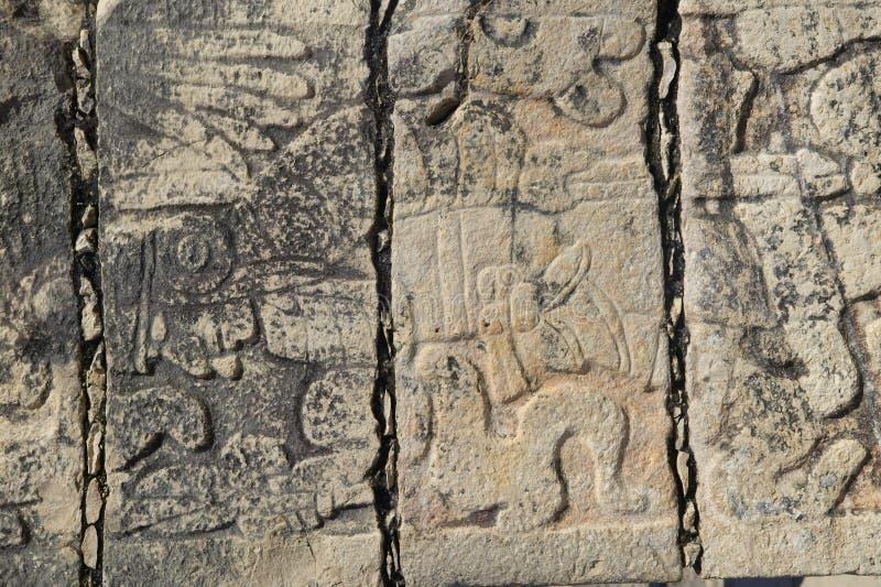 在战士的寺庙的被雕刻的石制品古老玛雅市的奇琴伊察,在尤加坦,墨西哥 库存照片
