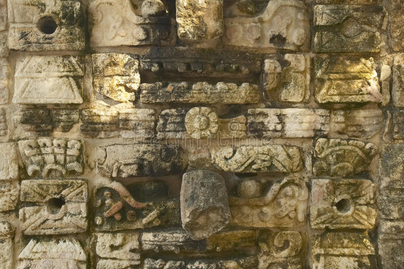 在战士的寺庙的被雕刻的石制品古老玛雅市的奇琴伊察,在尤加坦,墨西哥 图库摄影