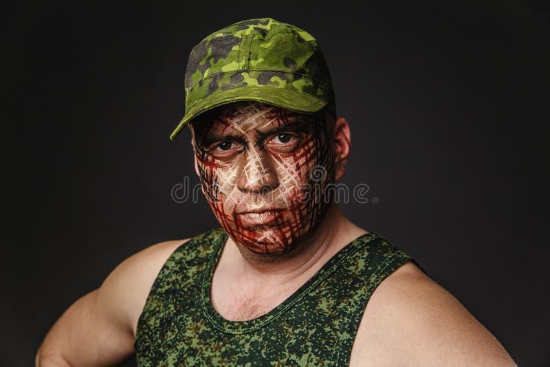 在战士` s面孔的军事样式伪装 图库摄影