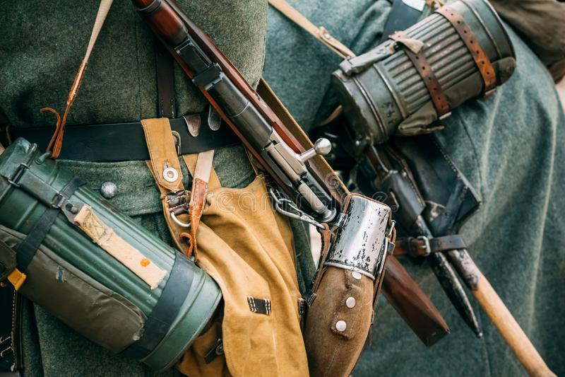 在战士Wehrmacht的成套装备 步枪和烧瓶 免版税库存图片