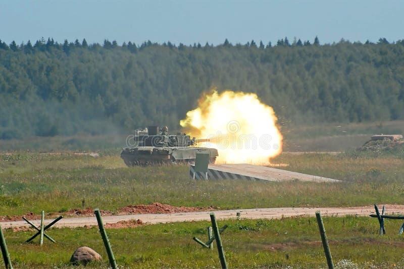 在战斗军事期间,火的霍尔从在领域的坦克射击了 库存图片
