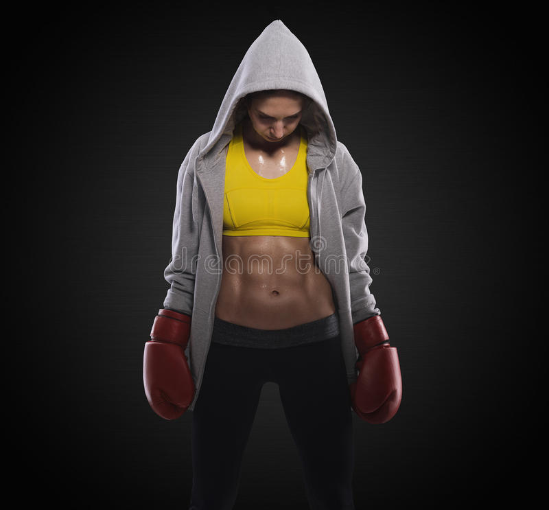 在战斗前的拳击妇女 免版税库存照片