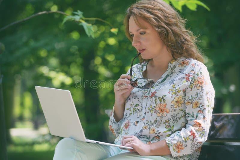 在户外工作的商务女性 库存图片