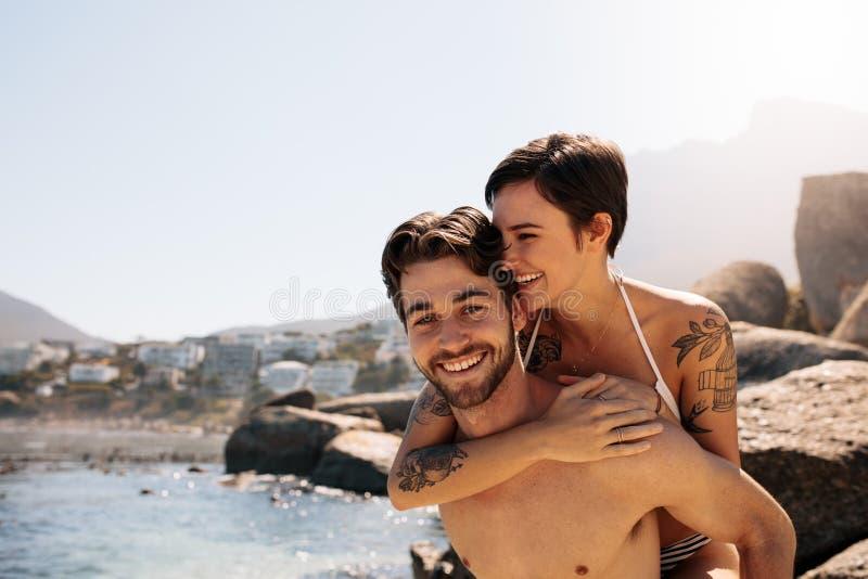在户外浪漫心情的旅游夫妇一个假日 免版税库存照片