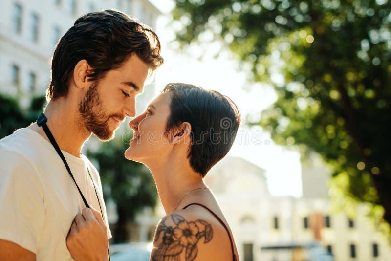 在户外浪漫心情的旅游夫妇 免版税库存图片