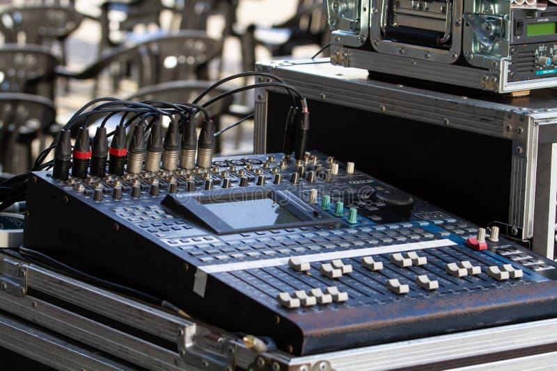 在户外的音乐搅拌器,与按钮的混合的桌和音量控制 免版税库存图片