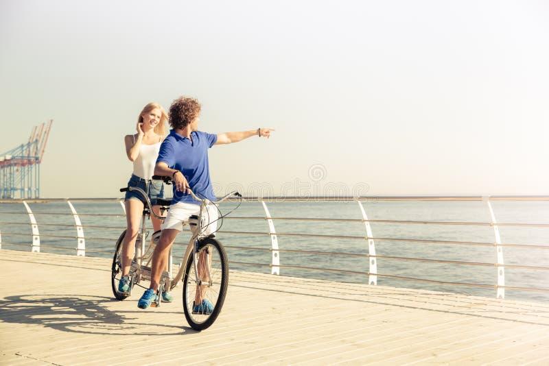 在户外纵排自行车的夫妇骑马 库存照片