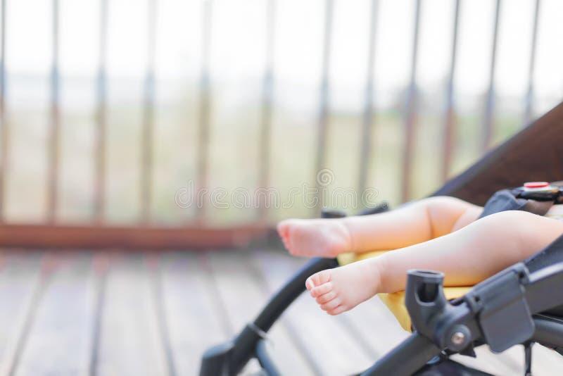 在户外婴儿推车的婴孩脚 免版税库存图片