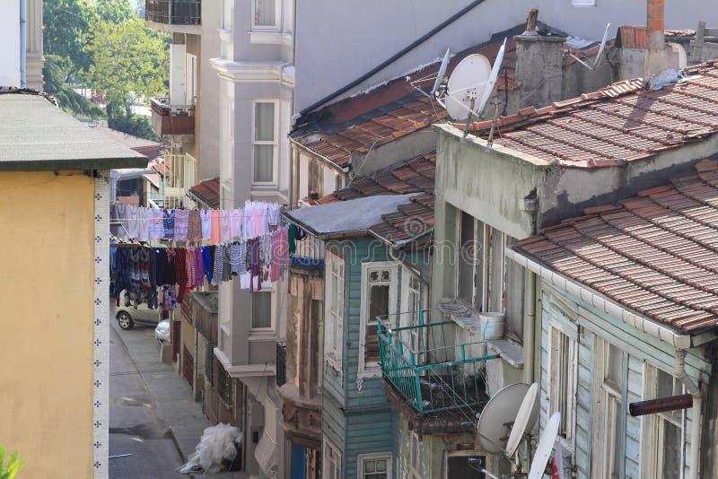 在房子之间的洗衣店在伊斯坦布尔 库存照片