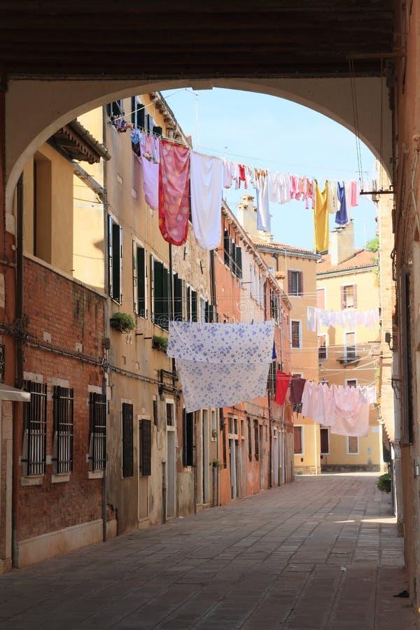 在房子之间的洗衣店在威尼斯 库存照片