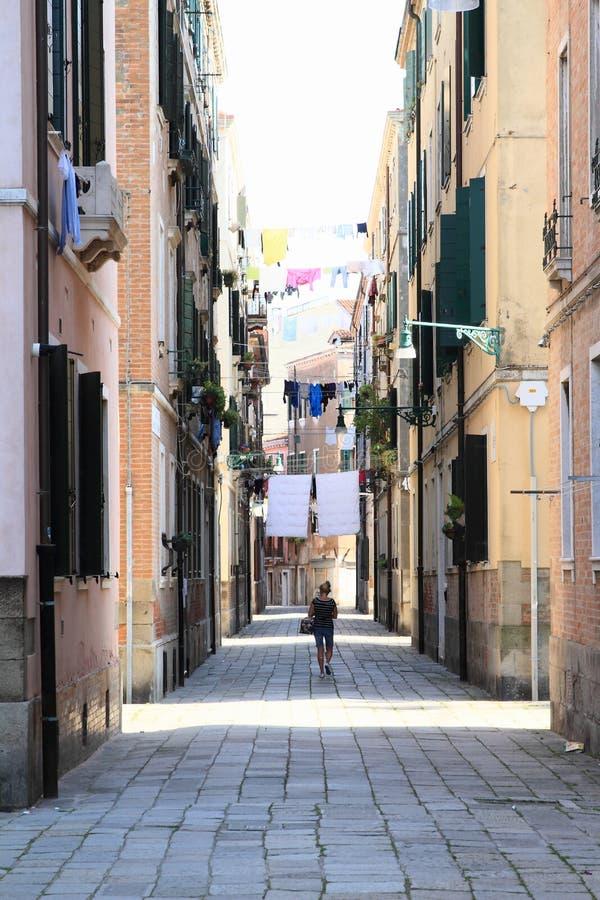 在房子之间的洗衣店在威尼斯 库存图片
