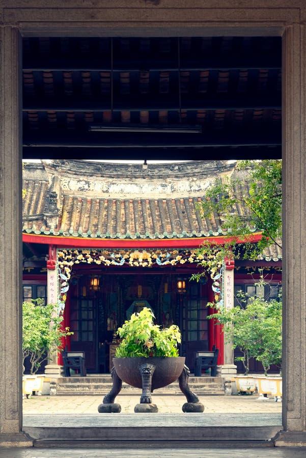 在房子入口前面的装饰植物 库存图片