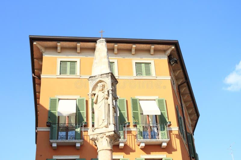 在房子前面的基督徒柱子在维罗纳 库存照片