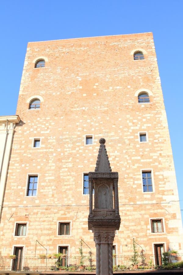 在房子前面的基督徒柱子在维罗纳 免版税图库摄影