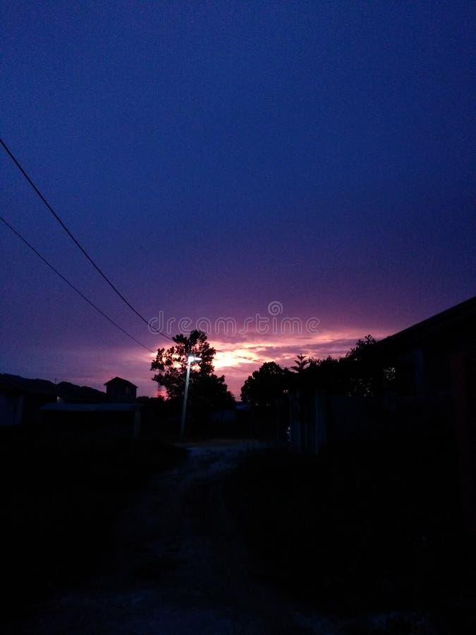 在房子前面的日落  库存图片
