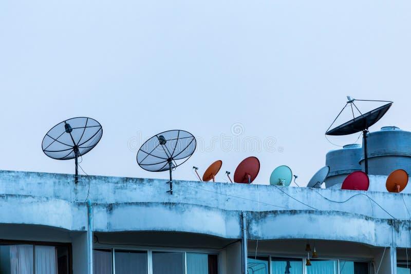 在房子卫星盘的卫星接收器在公寓屋顶  免版税库存图片
