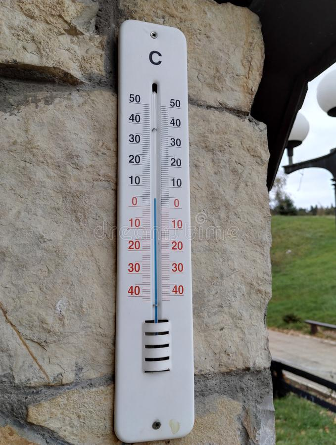 在房子墙壁上的温度计  库存照片