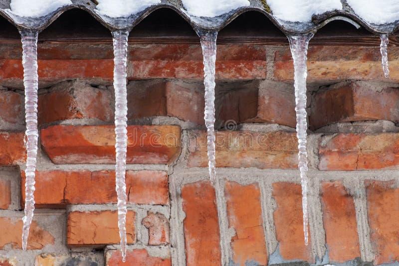 在房子屋顶的冰柱  库存照片