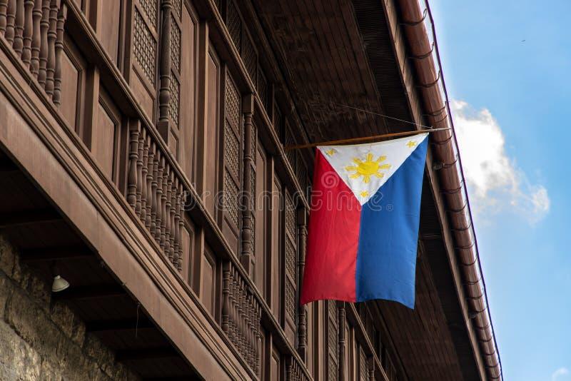 在房子房檐卷扬的菲律宾旗子 免版税库存图片