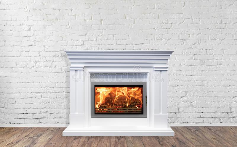 在房子明亮的空的客厅内部的白色经典壁炉  免版税库存照片