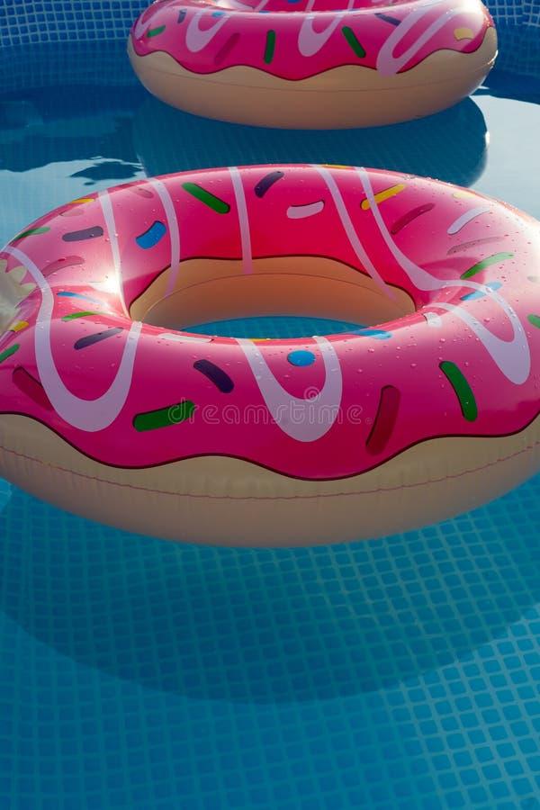 在房子游泳场的可膨胀的圆环孩子的 免版税库存图片
