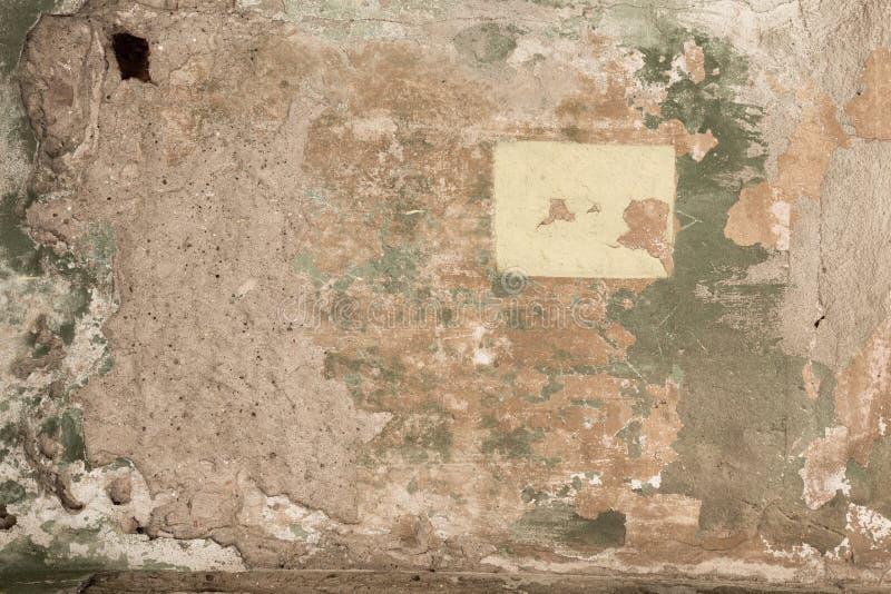 在房子特写镜头砖墙上的老破旧的损坏的膏药  库存图片