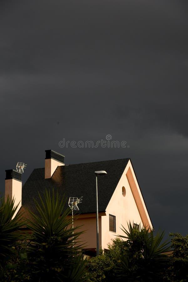在房子的光束在风暴前 图库摄影