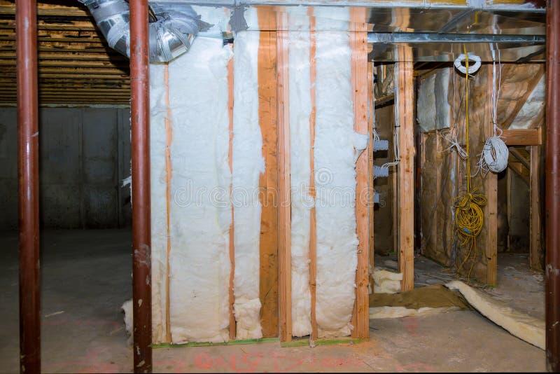 在房子的地下室安装的内墙构筑与管道系统的和接线在改造下 库存照片