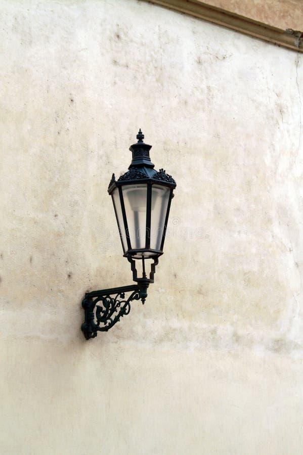在房子的墙壁的老街灯 免版税库存照片