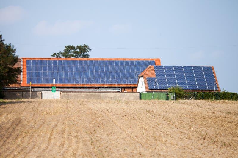 在房子的太阳能集热器 免版税库存图片