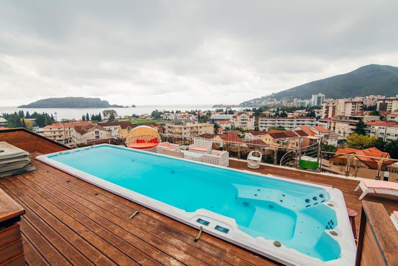 屋顶泳池_在房子的屋顶的游泳池. 椅子, 蓝色.