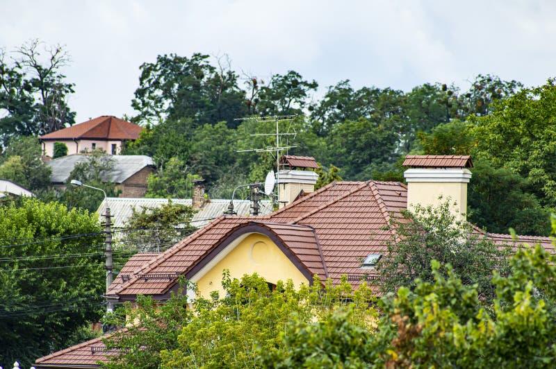 在房子的屋顶的电视卫星盘 免版税图库摄影