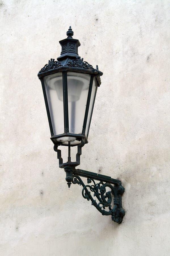 在房子的白色墙壁上的古色古香的灯笼 免版税库存图片