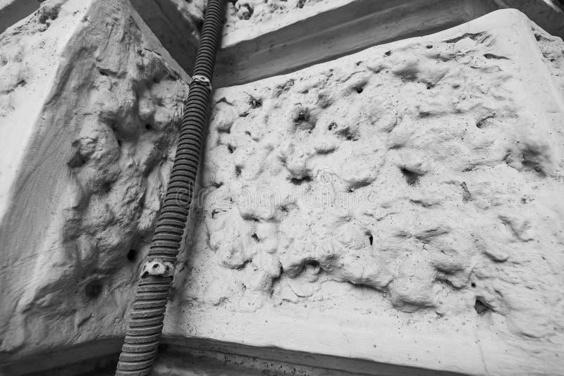 在房子的角落的单色波纹状的水管 免版税库存图片