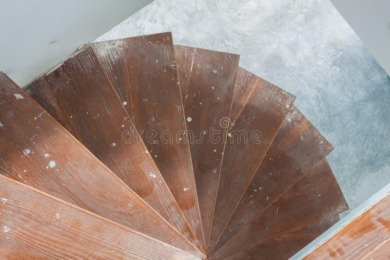 在房子里面的螺旋形楼梯 库存图片
