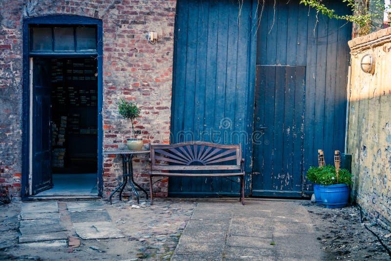 在房子门面的长凳 免版税库存照片