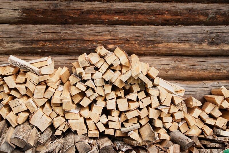 在房子附近墙壁的木柴  免版税库存照片