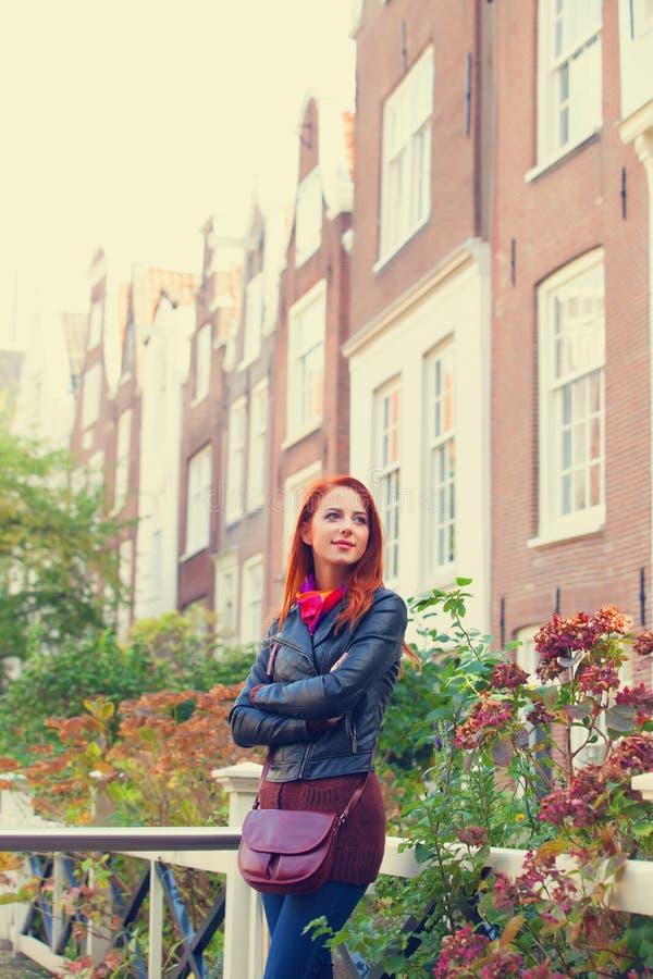 在房子附近的女孩在阿姆斯特丹 免版税库存图片