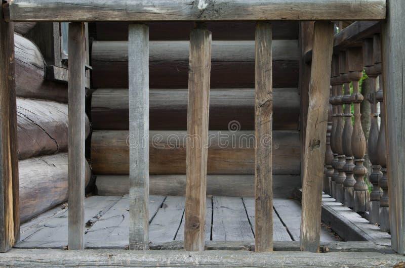 在房子附近的老木栏杆 免版税库存照片