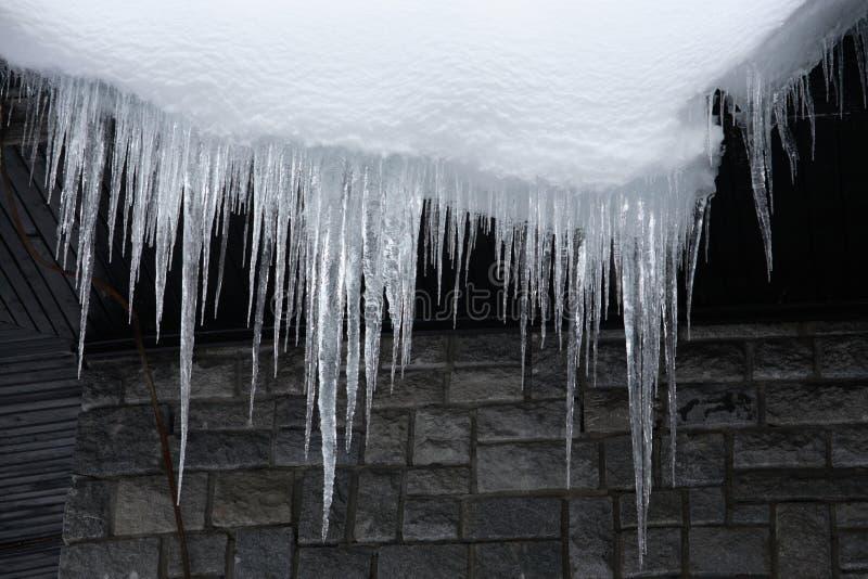 download 在房檐下的冰柱 库存照片.