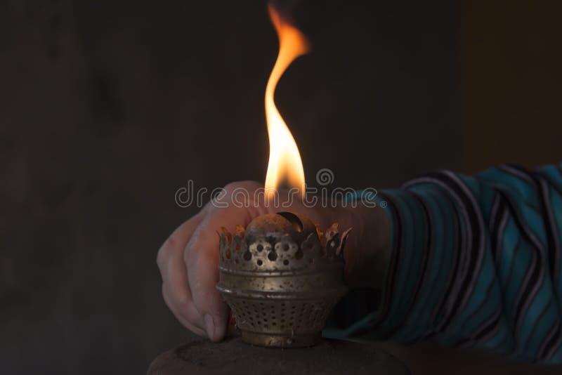 在手上煤油灯被点燃 库存照片