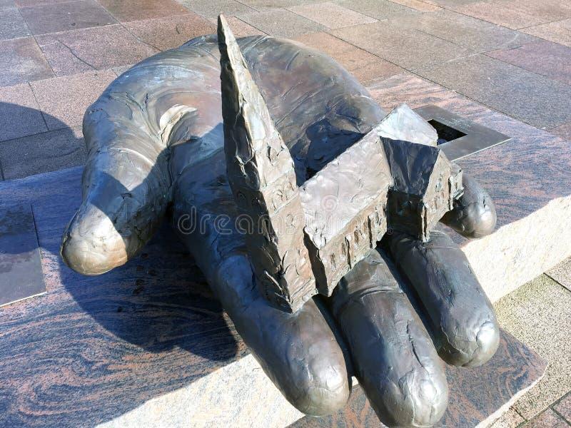 在手上的雕塑教会 Holstebro 图库摄影