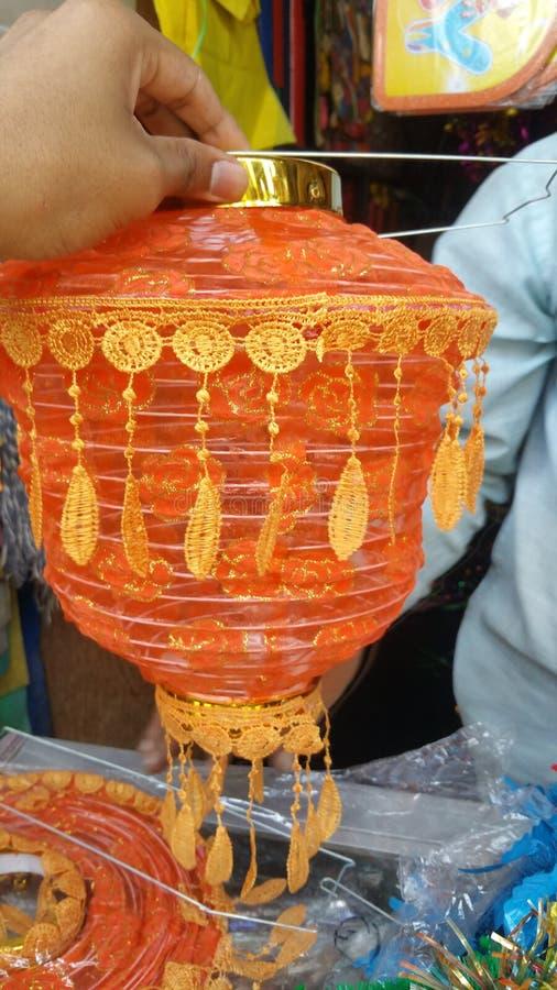 在手中举行在霍斯佩特,卡纳塔克邦,2018年10月25日的印度的灯/lanteran 免版税库存照片