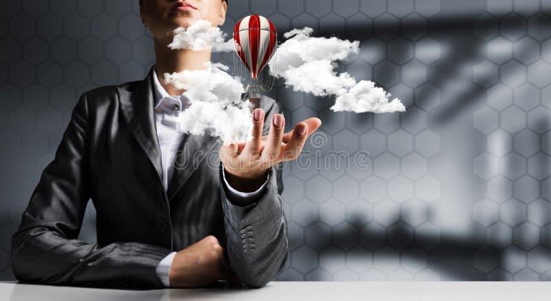 在手中当前飞行气球的妇女 免版税库存图片