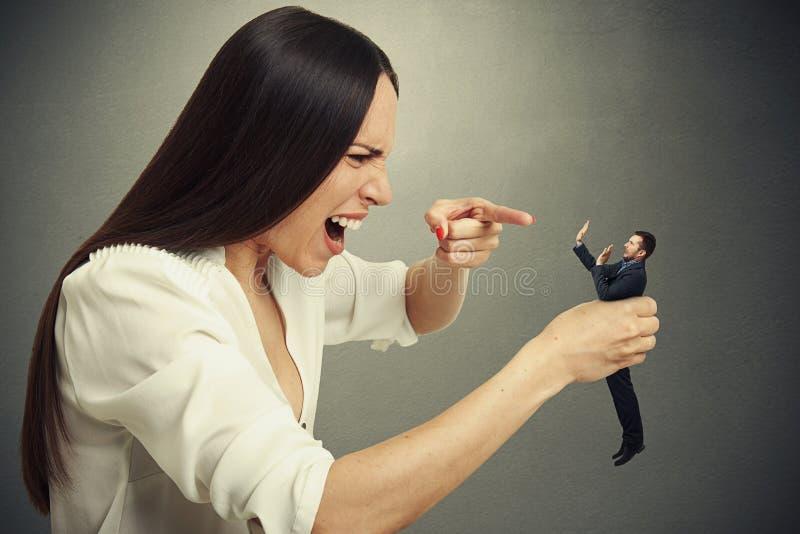在手中拿着害怕的人的妇女 免版税图库摄影