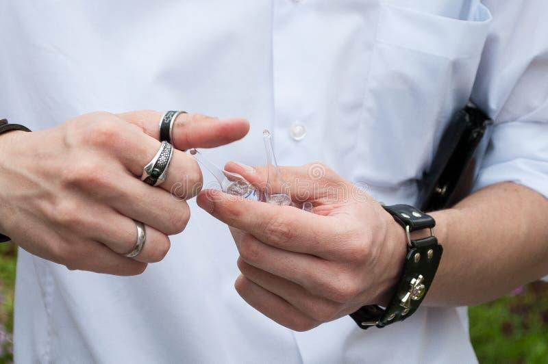 在手中注射器、医疗射入,棕榈或者手指 有针的医学塑料接种设备 医治护士 液体d 库存图片