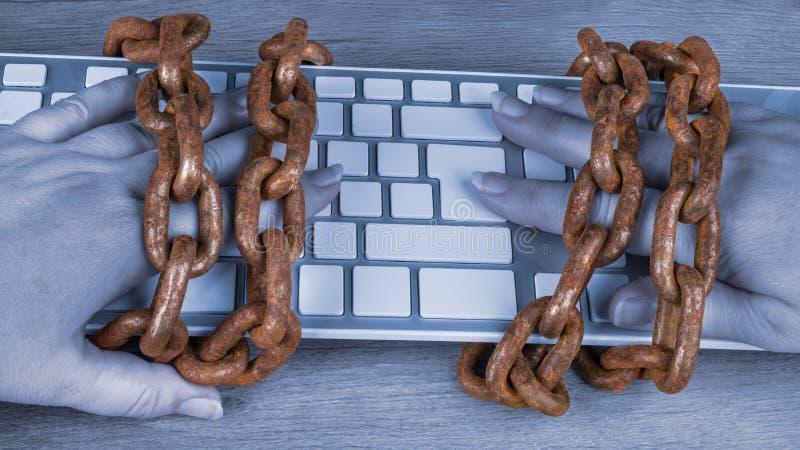 在手和键盘上的葡萄酒生锈的链子 免版税库存照片