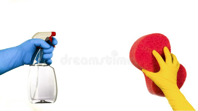 在手套的手与海绵和泵浦喷雾器 免版税库存照片