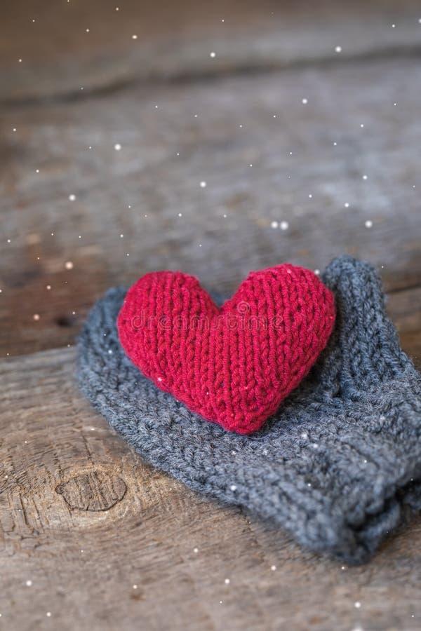 在手工制造露指手套的被编织的红色心脏,华伦泰` s天明信片 图库摄影