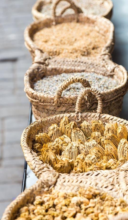 在手工制造结辨的篮子的干草本在市场上的待售 免版税库存照片
